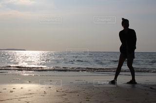 ビーチに立っている人の写真・画像素材[894617]