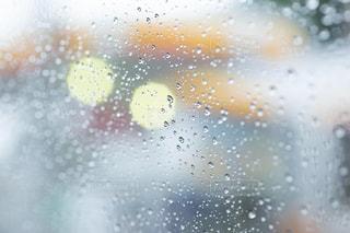 梅雨ドライブ 車窓の雨の雫の写真・画像素材[2187212]