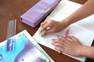 勉強の秋 算数の宿題をする小学生の写真・画像素材[2489514]