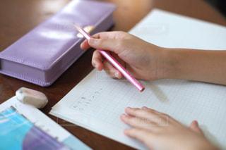 勉強の秋 算数の宿題をする小学生の写真・画像素材[2489519]