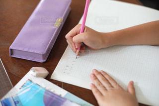 勉強の秋 算数の宿題をする小学生の写真・画像素材[2489522]