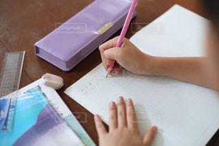勉強の秋 算数の宿題をする小学生の写真・画像素材[2489523]