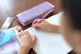 勉強の秋 算数の宿題をする小学生の写真・画像素材[2489524]