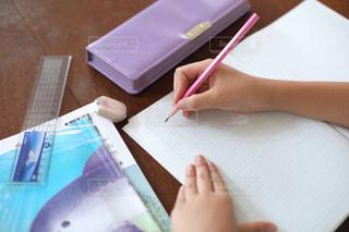 勉強の秋 算数の宿題をする小学生の写真・画像素材[2489525]