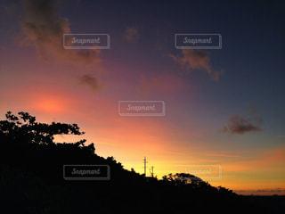 夕焼け空に浮かぶ雲の写真・画像素材[912427]