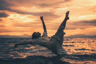 水の体に沈む夕日の写真・画像素材[1386578]