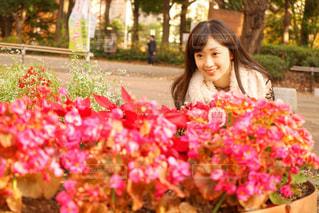 ピンクの花の女性の写真・画像素材[903716]