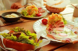 テーブルの上に食べ物のプレート - No.763045