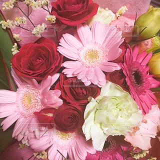 テーブルの上に花瓶の花の花束 - No.935254