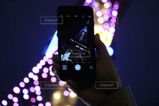 近くに携帯電話の画面のアップの写真・画像素材[1018458]