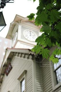 建物の側に時計の写真・画像素材[1018459]