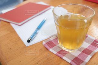 コーヒーやビール、テーブルの上のガラスのカップ - No.1050817
