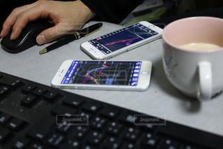 コンピューターのマウスとキーボードで机に座っている人の写真・画像素材[1076148]