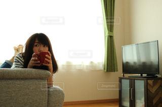 リビング ルームに座っている人 - No.1234006