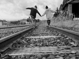 橋の上に立っている人の写真・画像素材[816506]