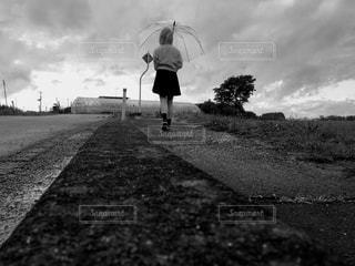 雨と傘と少女との写真・画像素材[816509]