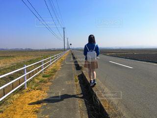 道の端に立っている男性の写真・画像素材[1112971]