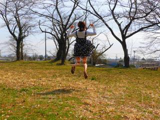フィールドに凧の飛行人の写真・画像素材[1112974]