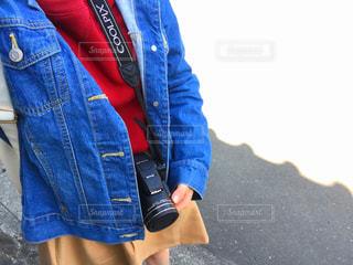 青いジャケットを着ている人の写真・画像素材[1112976]