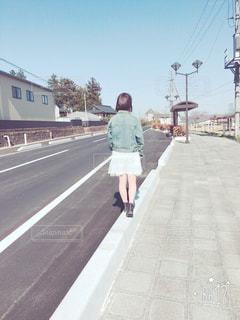 通りを歩いて男の写真・画像素材[1112978]