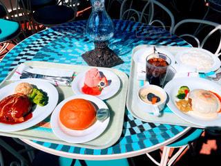 テーブルの上に食べ物のプレートの写真・画像素材[1146099]