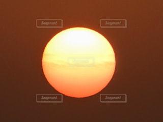 近くに夕日のアップの写真・画像素材[1197357]