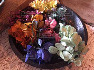 木製のテーブルの上に座っての花で一杯の花瓶の写真・画像素材[772162]