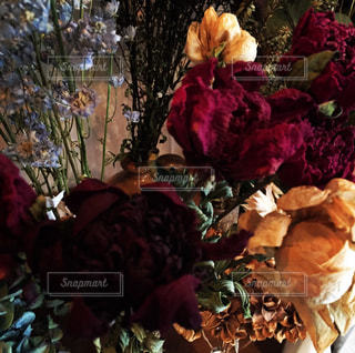 テーブルの上の花の花瓶の写真・画像素材[776740]