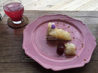 ピクニック用のテーブルの上に食べ物のプレートの写真・画像素材[799890]