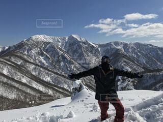 雪に覆われた山に立つ男 - No.935271