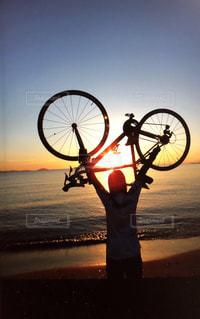 女性,海,夕日,自転車,夕焼け,夕方,オレンジ