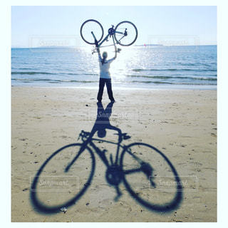 ビーチで自転車に乗る人の写真・画像素材[1292978]