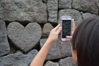 スマホでハートの石を撮るの写真・画像素材[2283959]