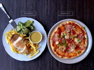 テーブルの上に食べ物のプレートの写真・画像素材[809451]