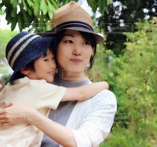 若い男の子と赤ん坊を保持 - No.724224