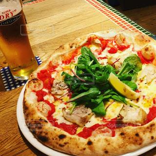 テーブルの上に座ってピザ - No.745150