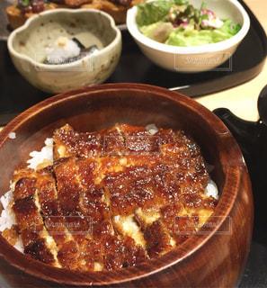 テーブルの上に食べ物のボウル - No.754775