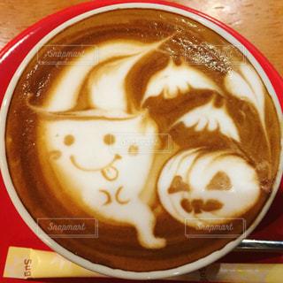 近くにプレートの上にコーヒー カップのアップの写真・画像素材[775376]