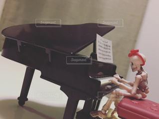 ピアノの前の椅子に座る人 - No.802054