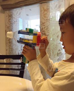 テーブルに座っている小さな子供 - No.822924