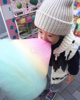 帽子をかぶった小さな女の子の写真・画像素材[876693]