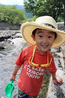 帽子をかぶった小さな男の子の写真・画像素材[914081]