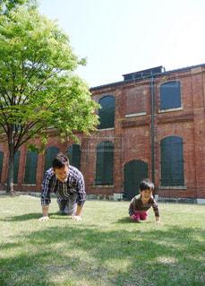 庭でフリスビーを再生する人々 のグループの写真・画像素材[956689]