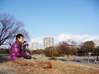 公園で座っている男の写真・画像素材[956690]