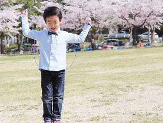 公園で凧の飛行少年の写真・画像素材[1132008]