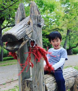 ツリーの横に立っている小さな男の子 - No.1161648