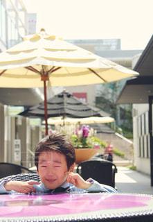 ラップトップを使用してテーブルに座っている人の写真・画像素材[1261194]
