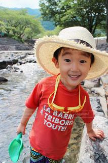 赤い帽子をかぶった小さな男の子の写真・画像素材[1272203]