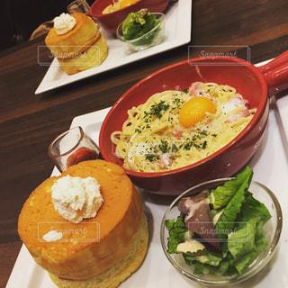 テーブルの上に食べ物のプレートの写真・画像素材[1272378]