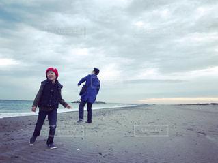 砂浜の上に立っている人の写真・画像素材[1630949]